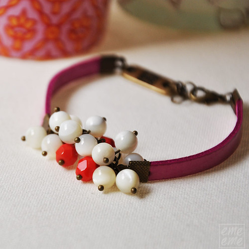 Fuchsia bracelet with mother of pearl and glass beads