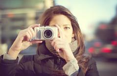 カメラを向ける女性