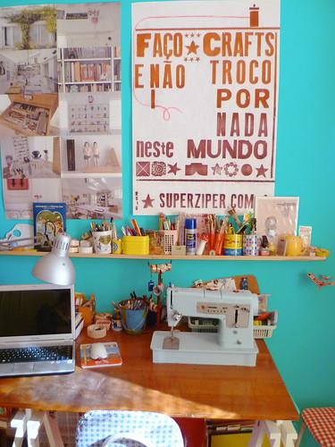 Craft room com cartaz