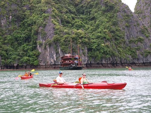 划獨木舟的遊客以西方遊客為主,你要拍照他們還會刻意停槳讓你拍