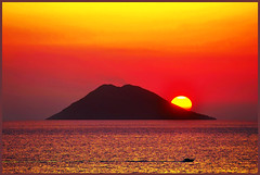 ...running with the sun... (zio.paperino) Tags: travel italien sunset red sea summer vacation italy sun holiday color sol beach nature water yellow landscape geotagged atardecer volcano soleil boat nikon europa europe barca italia tramonto sonnenuntergang coucher playa natura unesco giallo sicily sole puesta sonne rosso ocaso calabria sicilia vulcano eolie stromboli tropea 80200 d90 ziopaperino mygearandme mygearandmepremium mygearandmesilver mygearandmegold
