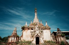 Sankar, Around Inle Lake, Myanmar (ChihPing) Tags: travel blue sky lake black film pagoda asia fuji burma stupa natura fujifilm myanmar inle 旅行 sankar iso1600 fujicolor f19 natura1600 nyaungshwe 富士 自助旅行 底片 naturablackf19 月光機 緬甸 lnly 鳥水 全彩 全彩現像 samkar 茵萊 茵萊湖