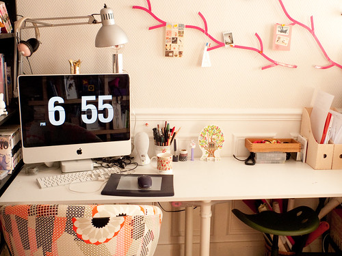 The Lovely Side: Darling Desk Spaces