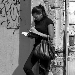 plongée dans sa lecture (lachaisetriste) Tags: portrait blackandwhite bw paris nikon noiretblanc femme montmartre nb lecture rue livre d700 portraitsshots