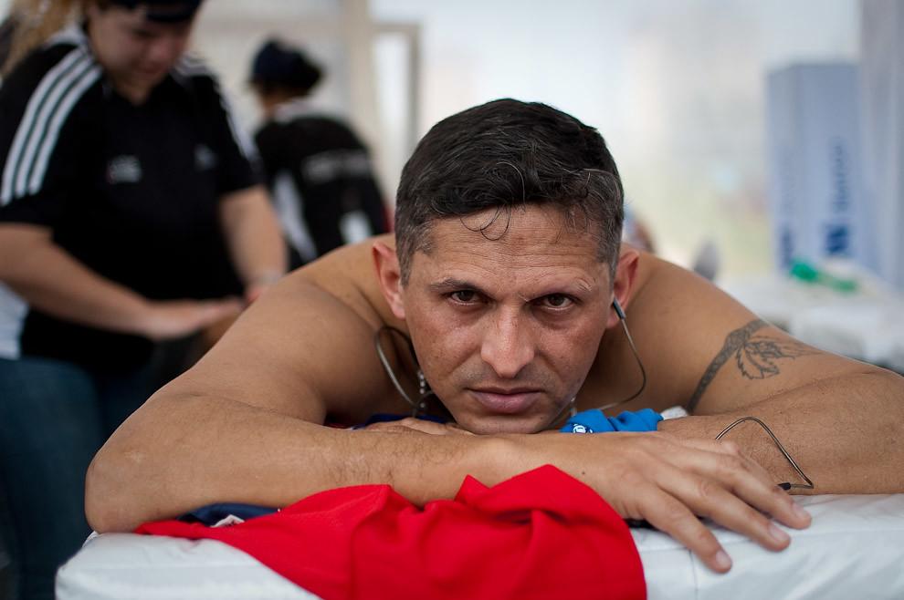 Un atleta se relaja recibiendo masajes luego de terminar la carrera. (Elton Núñez - Asunción, Paraguay)