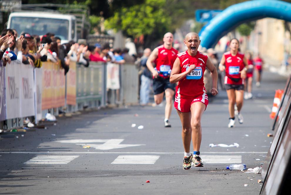 Cirley Rodrigues llega emocionada a la meta para culminar la competencia en 04:25:21 logrando de esa manera la posicion 34 en las generales de 42k femenino y 6 en su categoria. (Tetsu Espósito - Asunción, Paraguay)
