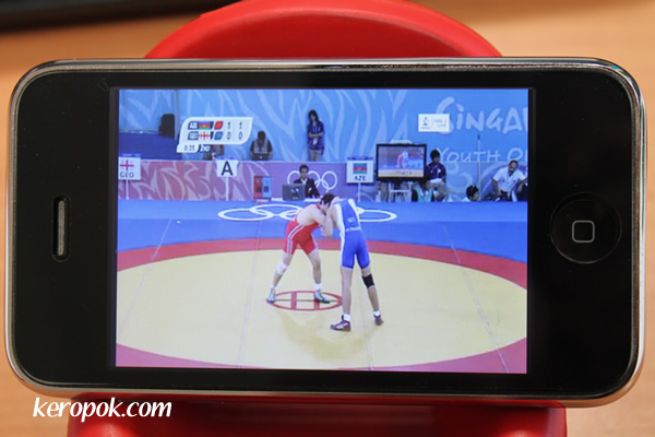 Watching the YOG on the mobile phone