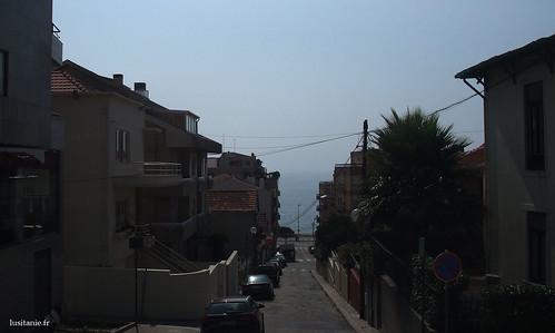 Ao fundo da rua, o Oceano Atlantico