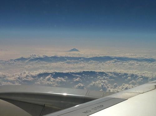 遠く富士山。雲で眼下は見えないものの、雲が低いので3000m級の稜線は見え、遠くに富士山が浮かんでいる。