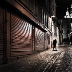 Au coeur de la nuit (Thibaut Lafaye) Tags: street city red paris lamp night dark square rouge atmosphere montmartre coeur explore grille rue nuit nocturne serie sacr lampadaire fer carr pigalle noire lafaye reverbere pav pavment 500x500 winner500