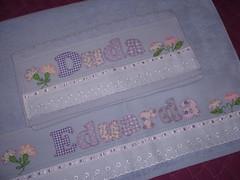 Jogo Toalhas Eduarda LILÁS (*Sonhos e Retalhos Ateliê*) Tags: flores patchwork letras bordado costura fitas patchcolagem toalhadebanho floresdetecido toalhaderosto