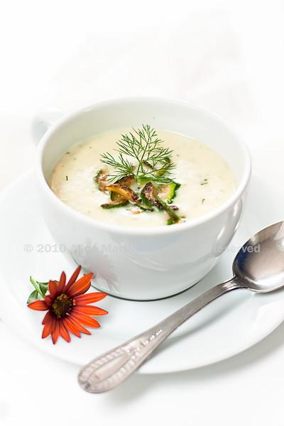 Crema fredda di zucchine e porri allo yogurt e aneto