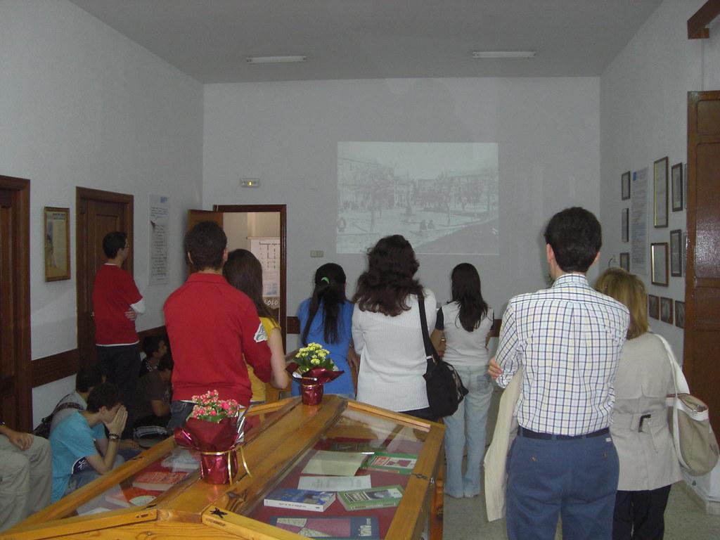 VISITA DE LOS ALUMNOS DEL IES A LA EXPOSICIÓN DE LOLO. ENCABEZÓ LA VISITA FERNANDO FERNÁNDEZ