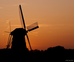 SIlhouette to the red (Marcel Tuit) Tags: sunset red sky holland mill silhouette zonsondergang nederland thenetherlands unesco lucht rood kinderdijk molen silhouet worldheritage boezem werelderfgoed eos400d