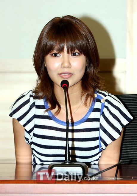 [06.07.2010][NEWS]Yuri và Sooyoung ủng hộ việc kí kết những bản hợp đồng công bằng  4767122704_3054ab61f6_b