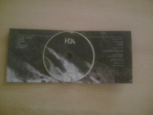 How To Destroy Angels : l'intérieur avec le CD posé dessus