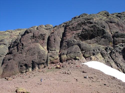 Epaule de Foggiale et départ de la voie depuis le névé de G à D sur les rochers bleus moutonnés