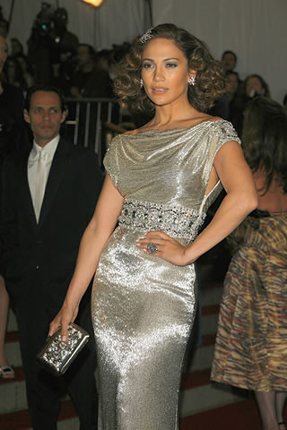 jennifer-lopez-in-marchesa-with-a-roger-vivier-clutch_320x480