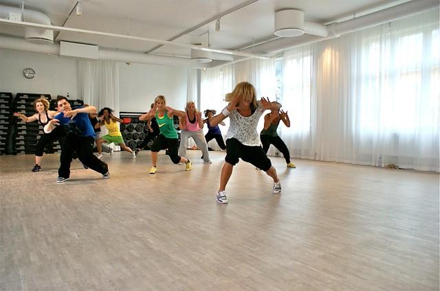 Louise leder sin dans-aerobics till Britney Spears - 123