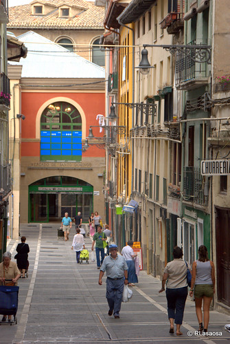 Vista de la calle Mañueta. Al fondo, el Mercado de Santo Domingo o Mercado Viejo