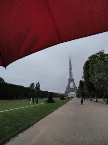 Le Champs de Mars et le Tour Eiffel dans la pluie
