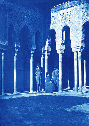 Calla Curman en el patio de los leones de la Alhambra