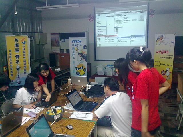 胖卡在西港社區的社區網路大聲公課程用Gtalk大家一起聊起天來!