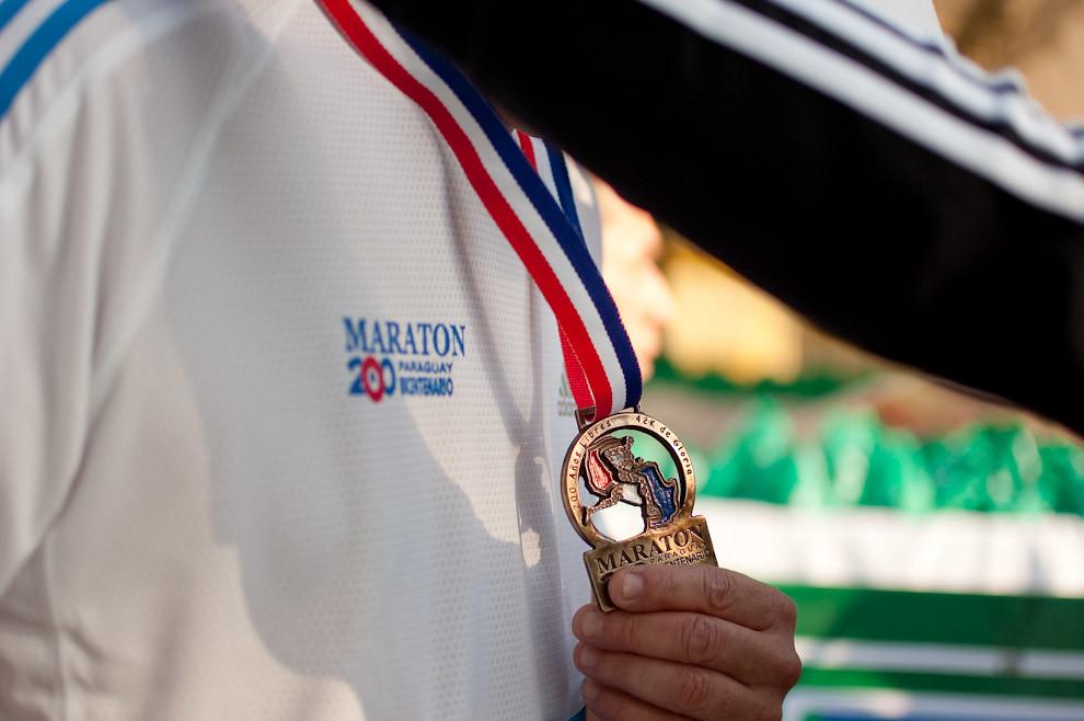 Un Atleta recibe su galardón de participación por parte de las promotoras de Adidas. (Elton Núñez - Asunción, Paraguay)