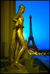 Paris - The Golden Statues of Palais de Chaillot at Morning Twilight (Yen Baet) Tags: longexposure paris france fountain skyline bronze buildings french gold dawn twilight europe skyscrapers eiffeltower earlymorning landmark latoureiffel toureiffel esplanade promena