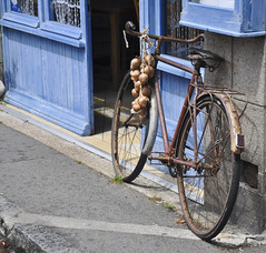 Vélo des Johnnies à Roscoff (thomaspollin [thanks for 2.2 million views !!!]) Tags: france bicycle frankreich brittany europa europe thomas roscoff bretagne breizh onions fahrrad vélo johnnies zwiebeln pollin oignons rosés thomaspollin oignonsrosés