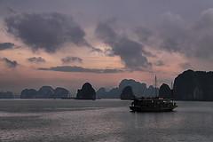 Atardecer en Halong bay. (Miguel A. D.) Tags: vietnam