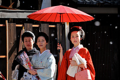Memories of snow () (kagechiyo.) Tags: red woman snow japan umbrella kyoto maiko geiko geisha    kimono gion   setsubun         kyouka gionkoubu  yaskashrine