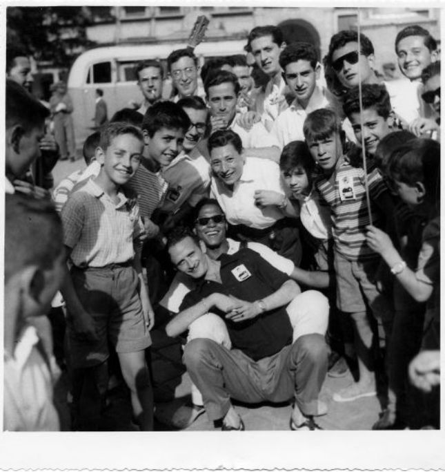Jóvenes celebran en Zocodover la victoria de Bahamontes en el Tour de 1959