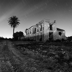 Crisis (Night Shot 609 Seconds) (DavidFrutos) Tags: bw house abandoned square stars monocromo casa nightshot flash bn alicante ruinas estrellas nocturna canondslr crisis startrails abandonada iluminacin losmontesinos strobist canon1740mm flickraward davidfrutos 5dmarkii