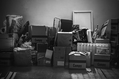 Another moving day (52weeks2017#26 - 9AM) (ponzoñosa) Tags: mudanza 52weeks moving bn bw blancoynegro blancetnoir boxes compy cajas trastero 9am early