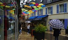 Les parapluies de Verrières (renécarrère) Tags: verrièreslebuisson parapluies pluie photoderue