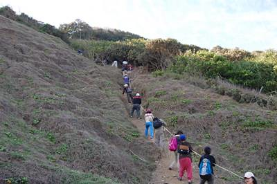 2010/2台灣環保聯盟-環保人才培訓營隊學員攀爬山坡高遶