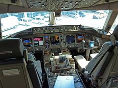 100708-141508 (SilentJay76) Tags: airport hamburg cockpit olympus emirates boeing 777 e510
