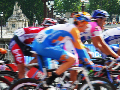 the peloton at La Place de la Concorde (by: philippe.charles.9, creative commons license)