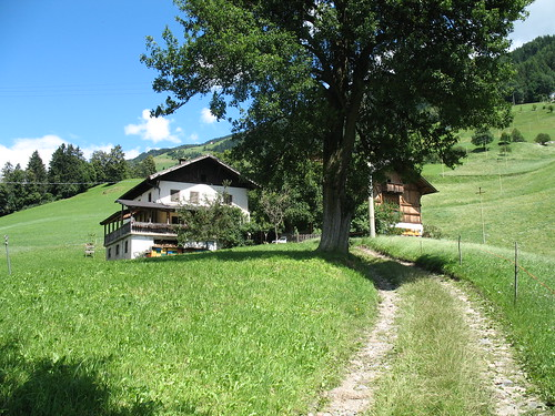 Der Weg führt vorbei an einsamen Höfen mit herrlichem Ausblick hinunter ins Tal
