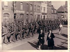 Dfil militaire  Nieppe - Septembre 1945 (gog607) Tags: world street france public french soldier war military wwii rue 1945 guerre septembre nord militaire worldwar2 dfil soldats libration spectateur nieppe