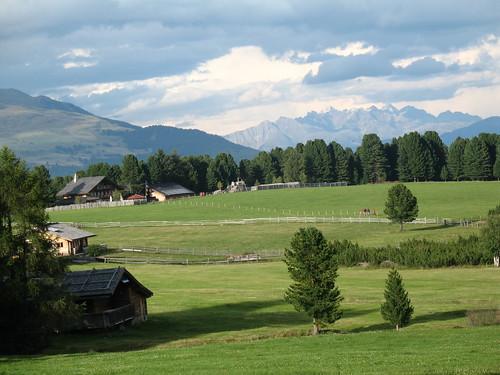 Blick auf eine der ersten Almwiesen der Villanderer Alm mit den Dolomiten im Hintergrund