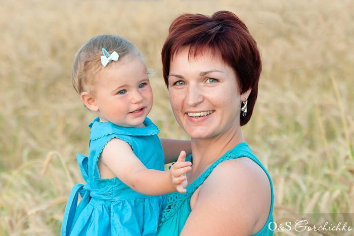 Семейная фотосессия. В поле пшеницы на закате