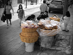 Vendiendo dulces B/N (Comitan de las Flores) Tags: mexico calle mexique chiapas dulces messico comitan gaznates meksiko meksico hojuelas