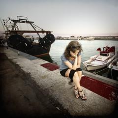Espera - Waiting (Saurí) Tags: port photo mujer nikon women pic fisher fotografia esperando pescadors pescadores pensativa llotja arenys