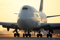 B747 Sunrise Taxi (Kris Klop) Tags: plane sunrise airplane aircraft aviation delta airline boeing airlines dl 747 b747 b747400 honorflight