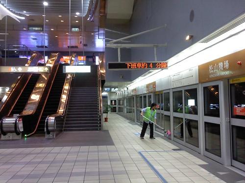 台北。捷運松山機場站的女廁,被「飛機」圍繞的粉紅女