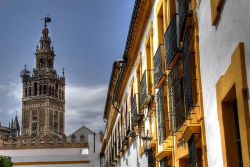 Giralda and yellow windows. Seville. Giralda y ventanas amarillas. Sevilla.