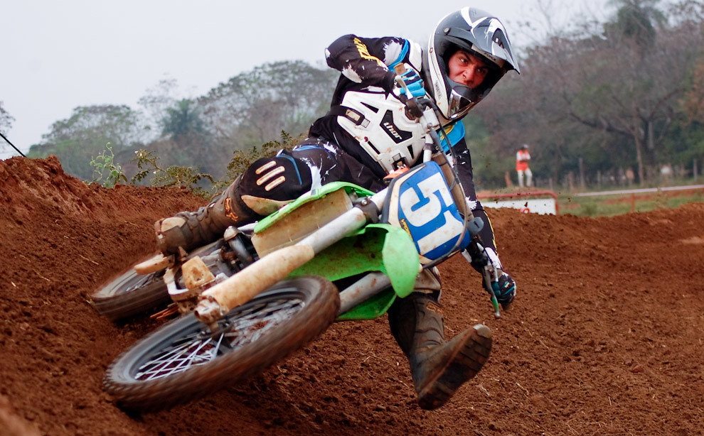 Francisco Alonso de la categoría MX2 se presiona a sí mismo para ganar la 2da fecha del campeonato metropolitano de Motocross llevada a cabo en Setiembre en el Circuito MX club de Luque. (Elton Núñez - Luque, Paraguay)