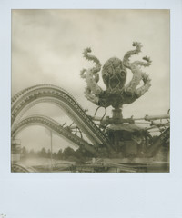 Polyp (PX 100) (So gesehen.) Tags: sx70 switzerland octopus zrich funfair impossible rummel chilbi px100 polaroidlandcamera knabenschiessen polaroid2000 polaroid2000landcamera silvershade panpola